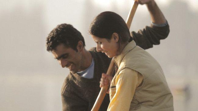Gulzar (Gulzar Ahmed Bhat) bringt Asifa (Neelofar Hamid) auf den See