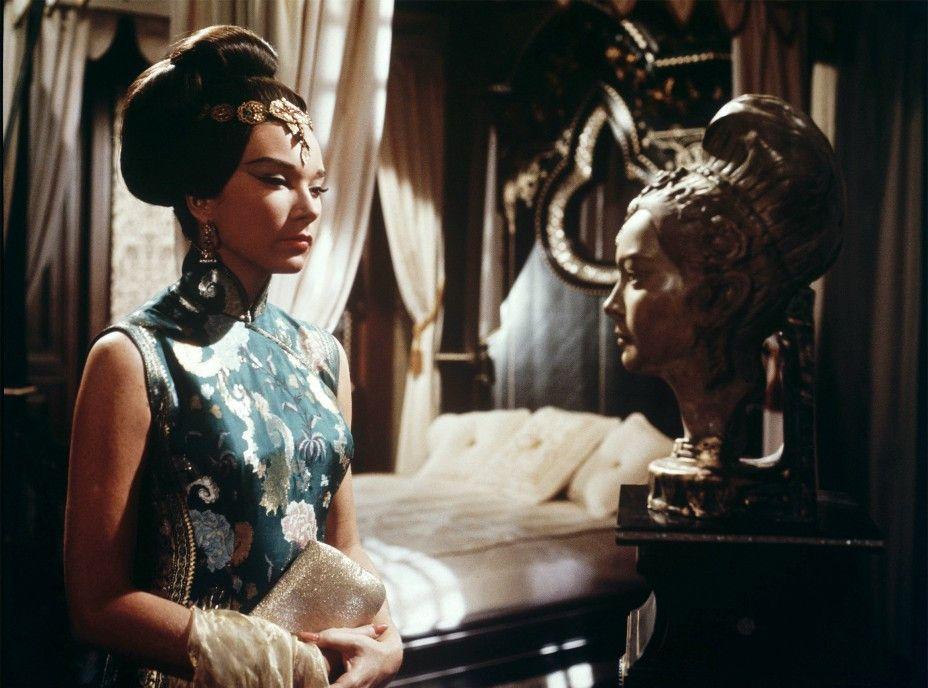 Die schöne Nicole Chang (Shirley MacLaine) sieht der verstorbenen Frau eines Millardärs zum Verwechseln ähnlich