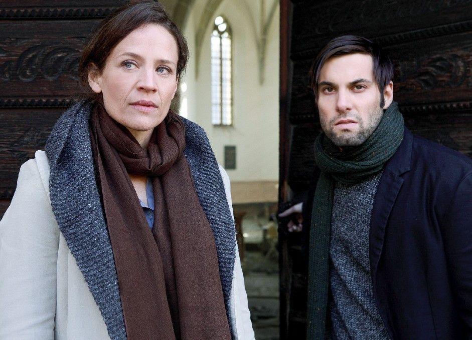 Sonia (Regula Grauwiller)  und Barpianist Bob (Maximilian Simonischek) suchen nach Erklärungen für die merkwürdigen Ereignisse