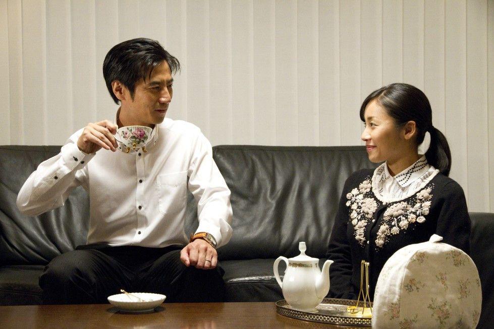 Noch züchtige Ehefrau: Megumi Kagurazaka bedient Kanji Tsuda