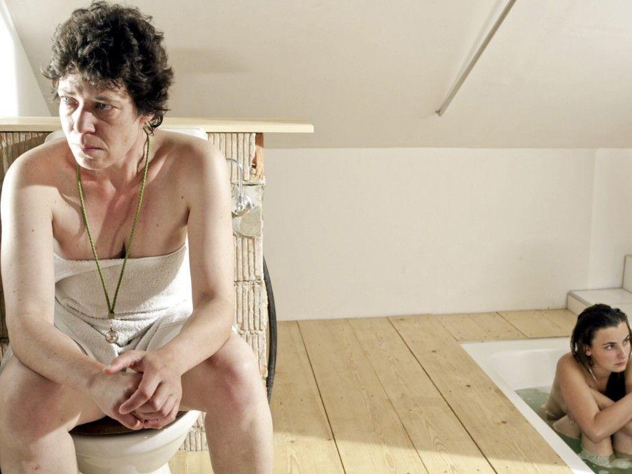 Den bösen Onkel kauf' ich mir! Trix Brunner (Miriam Japp, l.) mit ihrer Tochter Saskia (Paula Schramm)