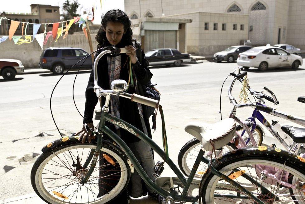 Wadjda liebäugelt mit dem grünen Fahrrad