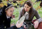Schwester Camilla (Ann-Kathrin Kramer, l., mit Stefanie Schmid) ist auf eine Spur gestossen ...
