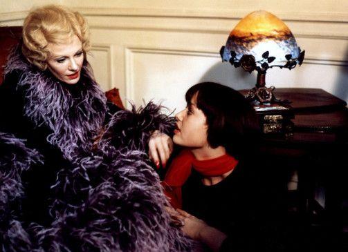 Dienerin Ilona (Andrea Rau, r.) liegt ihrer Gräfin (Delphine Seyrig) zu Füßen