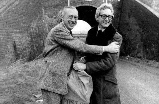 Horst Tappert (l.) und Bruce Reynolds vor der Bridego Bridge, wo im Jahre 1963 der Geld-Waggon entladen wurde