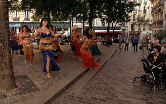 Die Eifler Bauchtanzgruppe lässt in Paris die Hüften kreisen