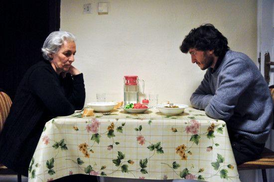 Endlich beginnt Basê (Basê Dogan), ihrem Sohn Mehmet (Zeynel Dogan) die Wahrheit zu erzählen