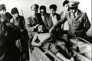 Offiziere der bolivianischen Armee präsentieren stolz den Leichnam Che Guevaras