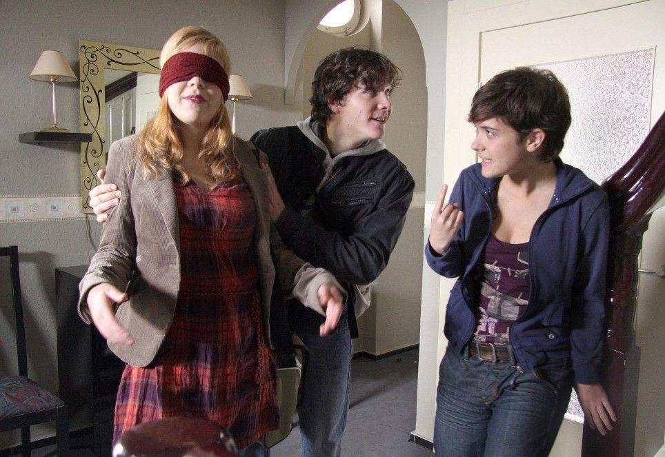 Josch (François Goeske) und Linda (Liv Lisa Fries, r.) haben Susanne (Saskia Schindler) entführt