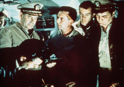 Wir greifen an! Kommandant Barney Doyle (Glenn Ford, l.) ahnt noch nichts von der kommenden Katastrophe