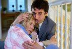 Markus (Oliver Mommsen) versucht, seine völlig verängstigte Mutter Charlotte (Christiane Hörbiger) zu beruhigen