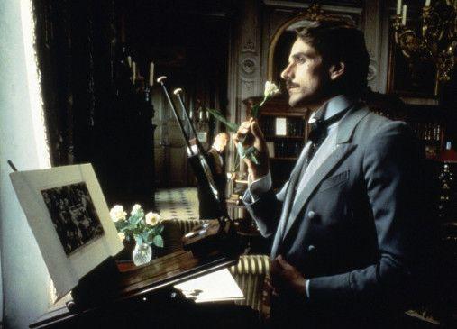 Charles Swann (Jeremy Irons) wartet auf Halbweltdame Odette