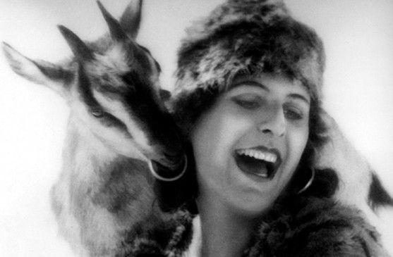 Hirtin Gita (Leni Riefenstahl) mit ihrer Lieblingsziege Pippa