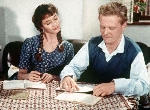 Piroschka (Liselotte Pulver) weiht Andreas (Gunnar Möller) in die ungarische Sprache ein