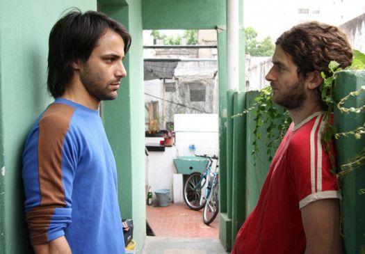 Bruno (Manuel Vignau, r.) hat sich in Pablo (Lucas Ferraro) verliebt