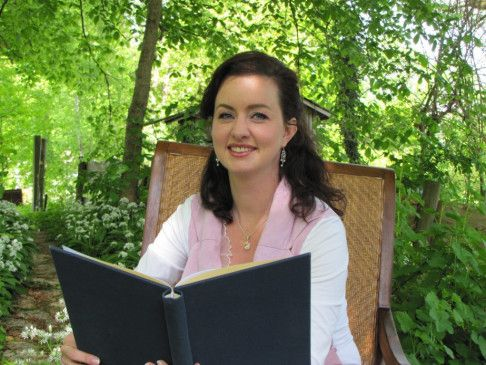 Theater- und Filmschauspielerin Marieke Oeffinger liest aus Holzheimers Werk