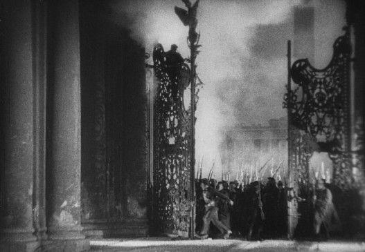Sturm aufs Winterpalais, nachgestellt mit Veteranen der Oktoberrevolution