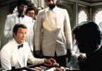 Sir, in England nennt man dieses Spiel Backgammon!  Roger Moore einmal mehr als formvollendeter  Gentleman James Bond