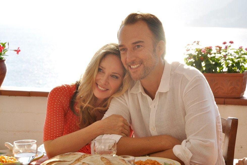 Claudia (Ann-Katrin Kramer) fühlt sich mit Luca ( Carlos Leal) und im Kreise seiner Familie sehr wohl