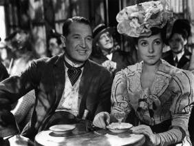 Na, mein Adoptivsohn sieht doch fesch aus, oder?  Maurice Chevalier und Marcelle Derrien