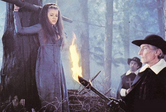 Die Hexe soll brennen! Gustav Weil (Peter Cushing) sorgt dafür ...