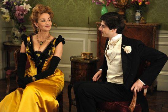 Der junge Mann (Micha Lescot) wird durch Herzogin Guermantes (Valentine Varela) in die gehobene Gesellschaft eingeführt