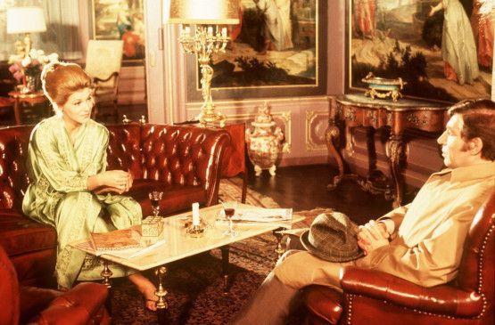 Van der Valk (Frank Finlay) scheint sich an Anne-Marie Marchal (Judy Winter) nicht satt sehen zu können