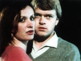Tina (Irene Fischer) und Rolf (Mathias Colli) bleiben mit dem Auto im dunklen Wald stehen. Sie sind nicht allein...