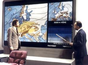 Während im TV-Studio die Wetterlage erklärt wird,  fordert der Smog erste Opfer