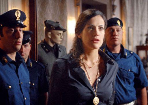 Franca Capari (Bettina Zimmermann) scheint sehr erstaunt ...
