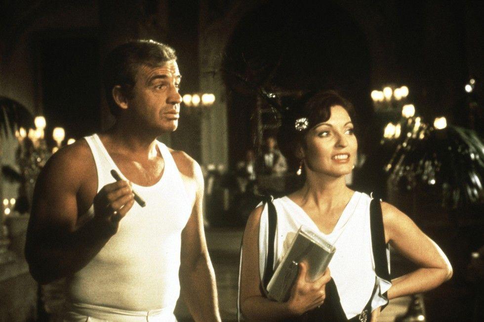 Journalistin Gabrielle (Marie-France Pisier) weiß auch nicht so recht, wie sie Jos (Jean-Paul Belmondo) Auftritt in Unterwäsche erklären soll ...