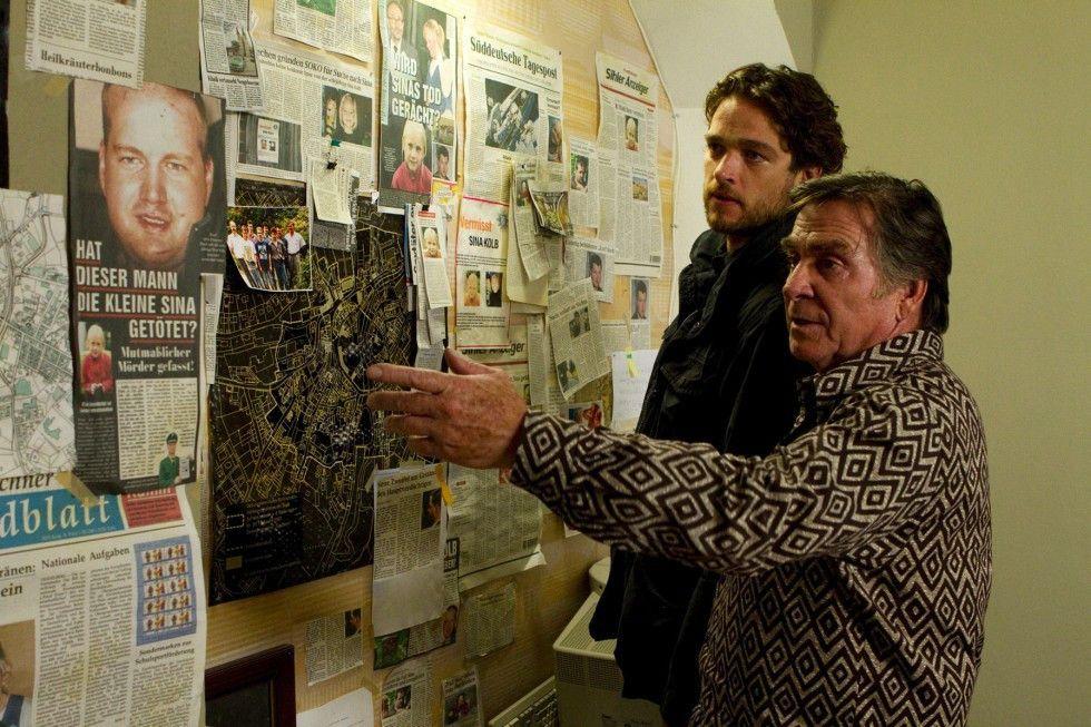 Der pensionierte Kommissar Altendorf (Elmar Wepper, r.) zeigt Tanner (Ronald Zehrfeld) sein Privatarchiv