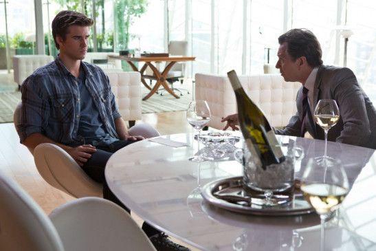 Entscheidungen am Tisch: Liam Hemsworth (l.) und Gary Oldman