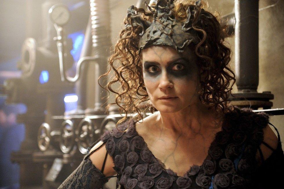 """""""Knusper, knusper, Knäuschen, wer knuspert an meinem Häuschen?"""" Anja Kling als böse Hexe"""