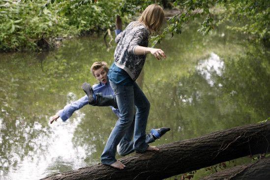 Ausgelassen vergnügen sich Jan (Joseph K. Bundschuh) und Jenny (Anke Retzlaff) im Wald