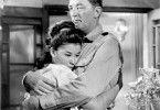 Barney Adams (Robert Mitchum) tröstet die schöne  Kate (France Nuyen)