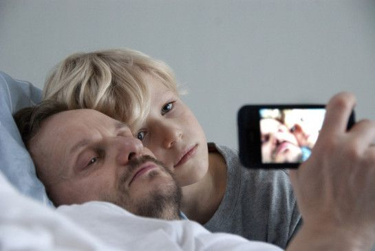 Ob ich das iPhone nach Papas Tod bekomme? Mika (Mika Seidel) am Bett seines Vaters (Milan Peschel)