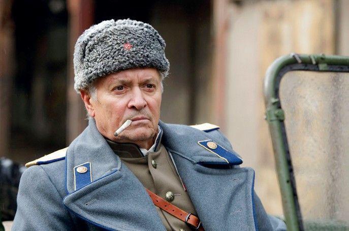 Er hat das Sagen: Oberleutnant Burski (Henry Hübchen)