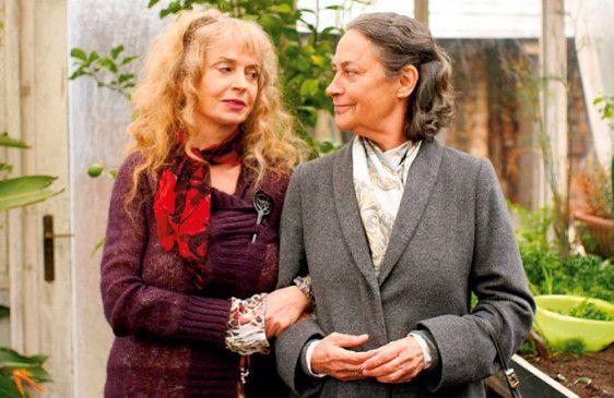 So jung kommen wir nicht mehr zusammen! Anneliese (Gisela Schneeberger) und Lore (Monica Bleibtreu) verstehen sich prächtig
