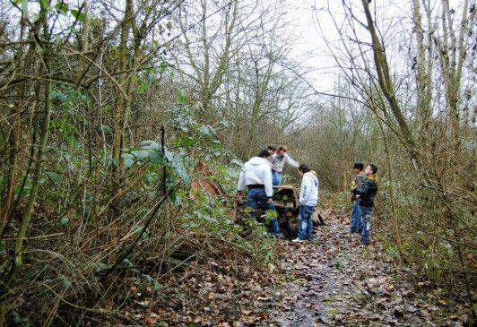 Eine Gruppe Jugendlicher verbringt ihre Freizeit im dichten Unterholz