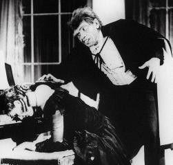 Hyde (Fredric March) hat sich an ein Straßenmädchen herangemacht, das er in der Gestalt Dr. Jekylls kennenlernte