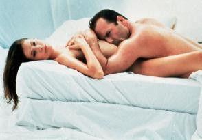 Und jetzt nochmal im Pool? Bruce Willis und Jane March