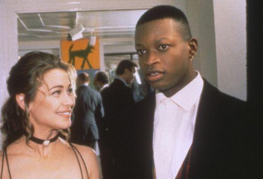 Galeristin Mimi (Julie Warner) glaunt in Leon (Larry Gilliard jr.) ein Maltalent entdeckt zu haben