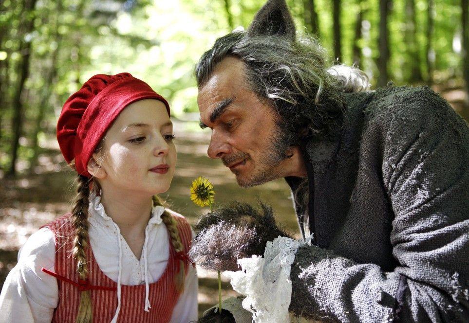 Ist das nicht ein schönes Blümchen? Der böse Wolf (Edgar Selge) hat es auf Rotkäppchen (Amona Aßmann) abgesehen ...