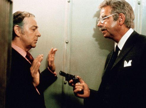 Charley Varrick (Walter Matthau, r.) zwingt den Bankmanager Young (Woodrow Parfrey), den Tresor zu öffnen