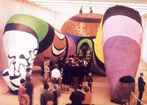 "Begehbare ""Nana"" von Niki de Saint Phalle"