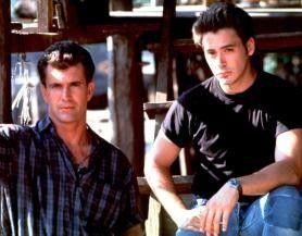 Sieht schwer nach einer Bruchlandung aus! Mel  Gibson (l.) und Robert Downey jr. beobachten den  Flugverkehr
