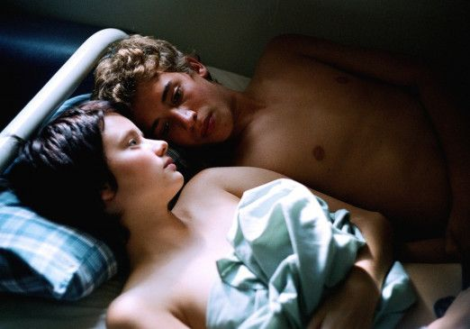 Frisch verliebt - Jonas (Jonas Bloquet, o.) und Delphine (Pauline Etienne)