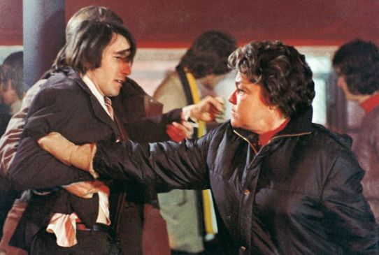 Liefern sich ein Rededuell - Simone Signoret und Alain Delon