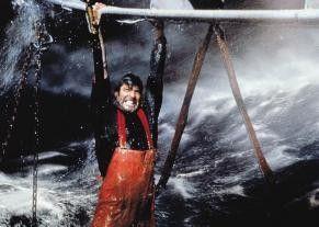 Ehrlich, im Trocknen kann ich  die Klimmzüge besser! George  Clooney in Aktion